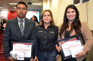 Los-jóvenes-Jairo-y-Nalley-con-la-Directora-General-del-ITSPP,-María-Jesús-Reyes