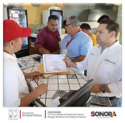 Entrega la Unidad de Control Sanitario de Puerto Peñasco, constancias para manejadores de alimentos en área de cocina en restaurantes