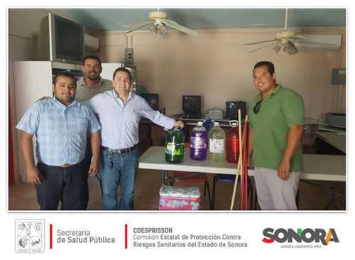 Unidad de control sanitario entrega material de limpieza y fumigación.
