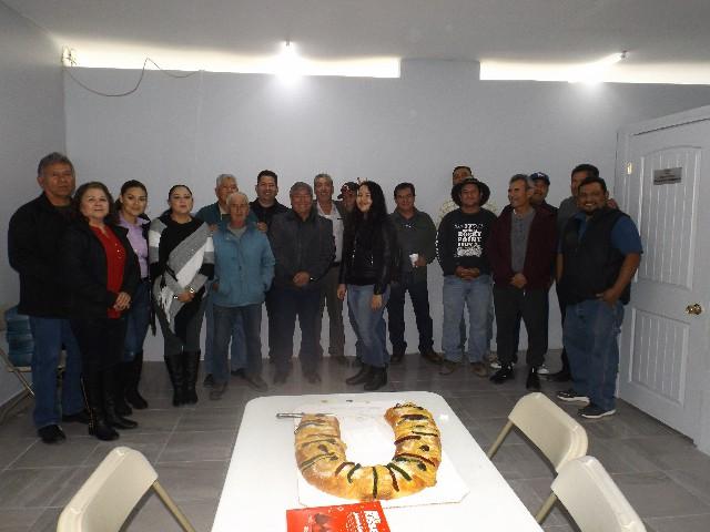 Comparte Diputado Lázaro Espinoza rosca de reyes con amigos Peñasquéense